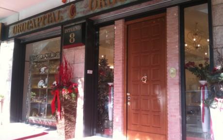 portone e vetrina negozio