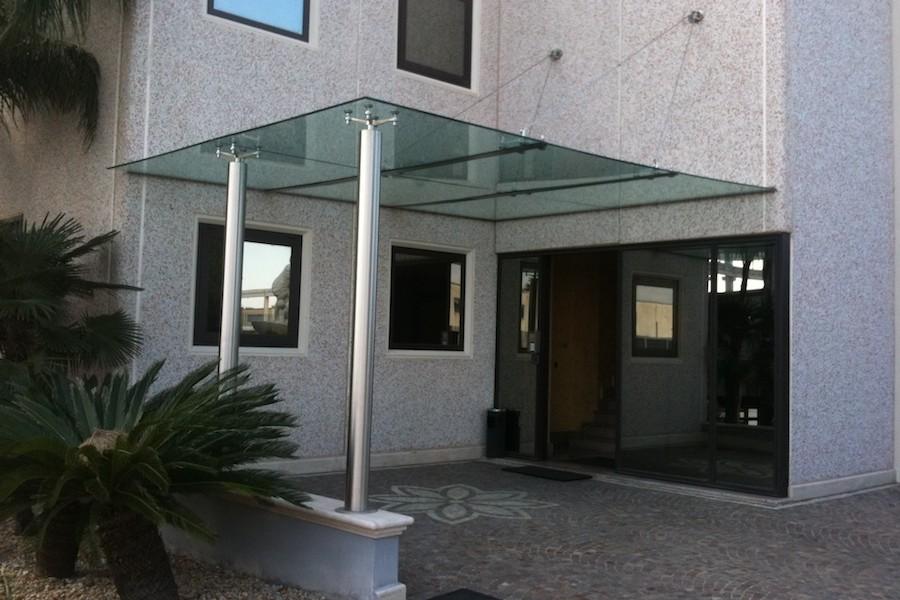 ingresso e passerella in vetro e acciaio
