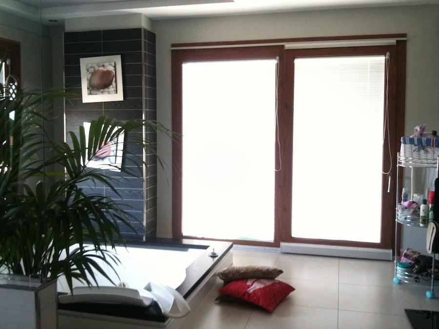 Infissi in legno e alluminio con tende nel vetro ma co for Tende per abitazione